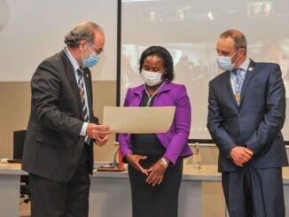 José Antonio Ávila hace entrega del diploma a Juana de la Torre Aboki en presencia de Miguel Ángel Fernández Molina