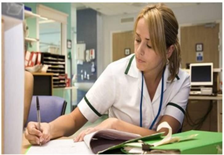 Las enfermeras de Reino Unido se ahogan en un mar de papeleo